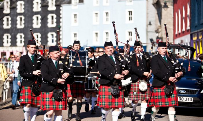 Bagpipes in Tobermory